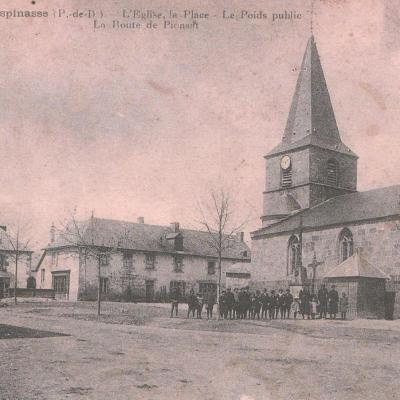 La place avec l'église, la fontaine et le poids public
