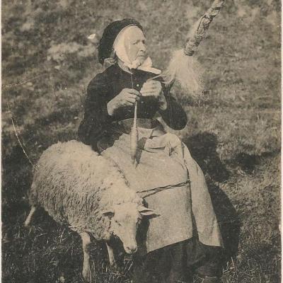 Bergère et son mouton au début du 20ème siècle