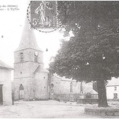 La place avec son arbre et la fontaine au début du 20ème siècle